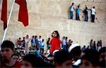 Maroc, Fes. Dans le contexte des vieux murs de Fès, une jeune fille se distingue dans la foule lors d'un concert gratuit à côté de la Place Boujloud pendant la Fes Festival de musiques sacrées du monde.