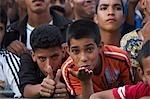Maroc, Fes. Baise de deux garçons dans la foule lors d'un concert pendant le coup de Fès Festival Musiques sacrées du monde.