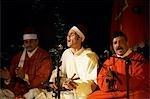Maroc, Fes. La confrérie de Hamadchas avec Frédéric Calmes effectuer à la Dar Tazi au cours de la Fes Festival de musiques sacrées du monde.