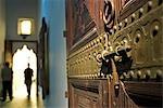 Maroc, Marrakech, Musée de Marrakech. Le Musée de Marrakech se trouve dans le Dar Menebhi Palace. Il est titulaire d'expositions d'art marocain moderne et traditionnel ainsi que de beaux exemples d'ouvrages historiques, des pièces et poterie marocaine cultures juive, de berbères et arabes.