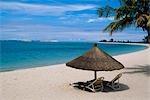 Chaises longues sur la plage à Benguerra Lodge.