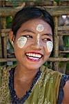 Myanmar, en Birmanie, la rivière Kaladan. Une femme de Rakhine avec Thanakha, une populaire crème solaire locale appréciée par les femmes et les filles comme une peau ou une crème anti-rides.