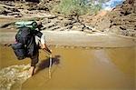 Namibie, Parc National de Namib Naukluft. Le Kuiseb Canyon forme la limite sud du parc du Namib Desert. La rivière coule qu'occasionnellement et ne parvient pas à la mer. Ex-jeu Ranger - Kobus Alberts - armé d'un fusil contre une attaque de la hyène a été, avec le photographe Mark Hannaford, la première personne à explorer sa longueur.