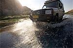 La Namibie, du Damaraland. Conduite dans un véhicule à quatre roues motrices vers le bas de la rivière Ugab près de montagne du Brandberg à la recherche de l'insaisissable des éléphants du désert.