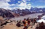 Grimpeurs traversant l'enneigés col Cho La (Chhugyuma) 5368m direction Dzonglha