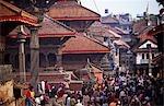 Népal, vallée de Kathmandu, Patan. Situé à 5 km au sud de Katmandou dans la vallée de Katmandou, sur la rive sud de la rivière Bagmati, Patan est une des 3 villes royales de la vallée. Les autres sont de Katmandou et Bhaktapur. La ville est connue pour sa riche tradition d'art et artisanat et berceau des maîtres artisans et artistes tels que Arniko et Kuber Singh Shakya.