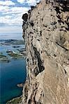 Norvège, Nordland, Helgeland, île de Rodoy. Vue sur les îles environnantes de la 400 mètre haute crête de Rodoylova, qui traduit signifie 'Lion de Rodoy' et qui de loin aussi ressemble à un sphinx.