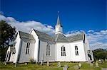 Norvège, Nordland, Helgeland, Rodoy. Les îles en bois construit blanchies à la chaux église près de l'ancien port de Selsoyvik de trading.