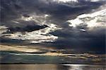 Norvège, Nordland, Helgeland. Le soleil de fin de soirée sur les îles de Norvège côtière près de Nesna