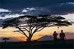 Je regarde le soleil descendre derrière la montagne de Longido sur un safari de Tortilis Camp.