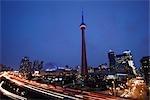 CN Tower illuminé par les couleurs du drapeau haïtien, Toronto, Ontario, Canada
