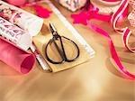 Noël, papier d'emballage, ruban et ciseaux