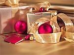 Cadeaux, rubans et ornements de Noël