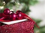 Cadeau de Noël près d'arbre