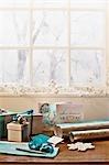Noël, papier d'emballage, ruban, ornement et cartes à fenêtre