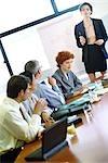 Gruppe der Wirtschaftler Konferenztisch sitzen, während der Präsentation