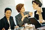 Drei geschäftsfrau an Tisch treffen