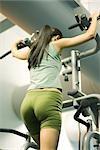 Femme à l'aide de la machine d'exercice, faible angle vue