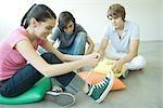Adolescents amis assis sur le plancher, adolescente, attacher les lacets
