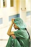 Medizinische Arbeiter sitzen in Krankenhaus-Korridor, Betriebs-Kopf, Augen geschlossen