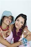 Deux jeunes amis porte beaucoup d'accessoires, souriant à la caméra, portrait