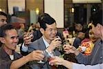 Adultes amis faire un toast avec des lunettes à parti