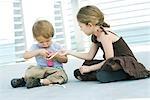 Petite fille aider frère gonfler le ballonnet avec pompe à air