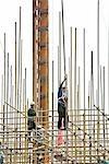 Travailleurs de la construction sur debout sur un échafaudage, à faible angle de vue