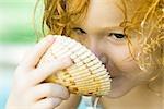 Mädchen trinken aus Muschel, Nahaufnahme