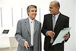 Blind Geschäftsmann mit Kollegen gehen und Dokumente diskutieren