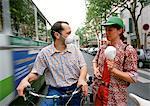 Cyclistes avec des masques de pollution parler en déplaçant des autobus, Paris, France
