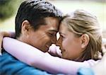 Mann und Frau Lächeln, Stirn und Nase berühren, Seitenansicht, Nahaufnahme