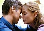 Mann und Frau, Augen Stirn berühren, Frau geschlossen, seitliche Ansicht, close-up