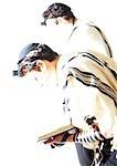 Hommes juifs priant, floues.