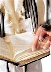 Gros plan de la main de l'homme juif avec la Torah