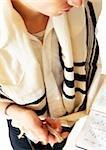 Juif priant avec la Torah, vue grand angle, gros plan