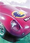 Euro signer sur le capot de la voiture de sport.