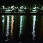 Banque de la rivière dans la nuit