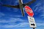 Avion et panneau d'arrêt