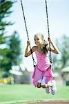Enfants avec balançoire