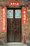Chine, porte entourée de bannières avec proverbes chinois