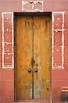 Ouverture de porte, contours autour de porche de bannières maintenant disparu