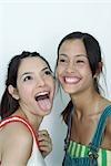 Deux jeunes amis, une langue se dressant sur l'autre portrait riant,