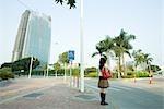 Jeune femme attendant de traverser la rue