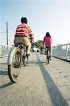Cyclistes traversant le pont, vue arrière