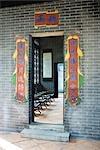 Bannières autour de porte à l'entrée du temple chinois