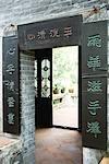 Caractères chinois inscrits autour de porte dans le temple