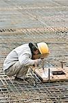 Ouvrier travaillant au chantier de construction