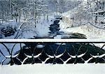 Suède, enneigées garde-fou en face de neige couverts bois et maison, à proximité de cours d'eau