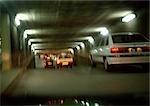 Voitures à l'intérieur d'un tunnel, floue.